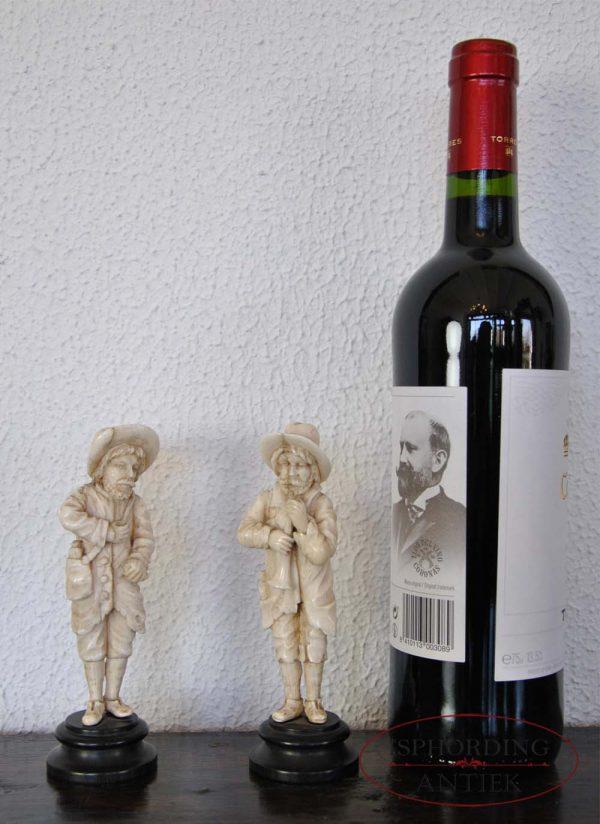 ivoren figuren naast fles