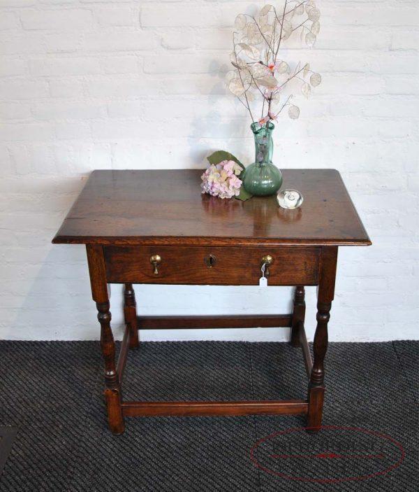 Antiek eiken tafeltje