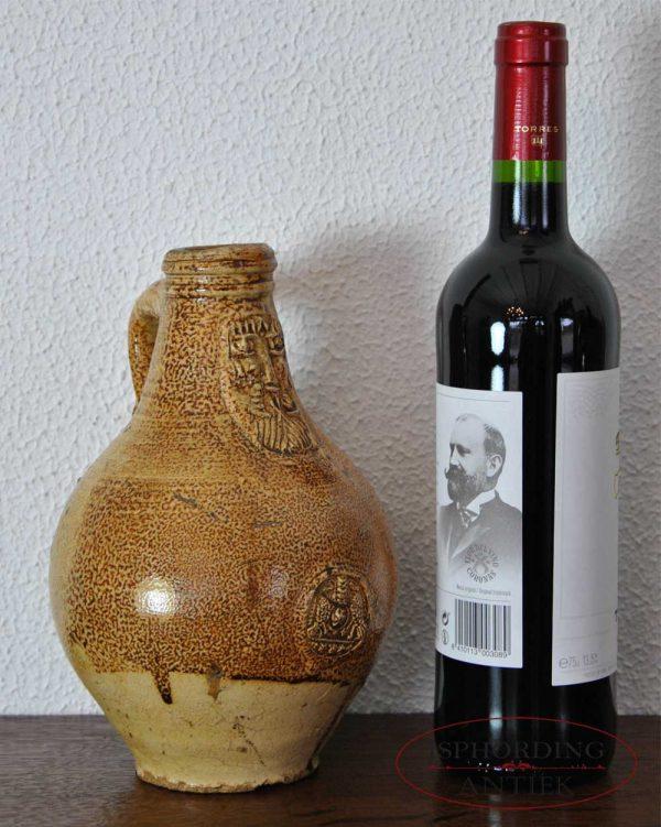 Antieke baardmankruik met fles