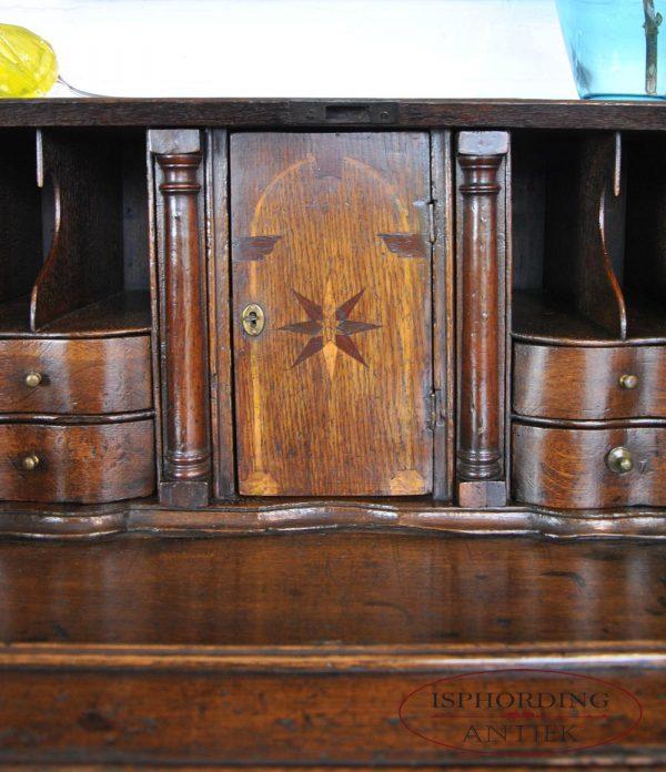 Bureau detail interior