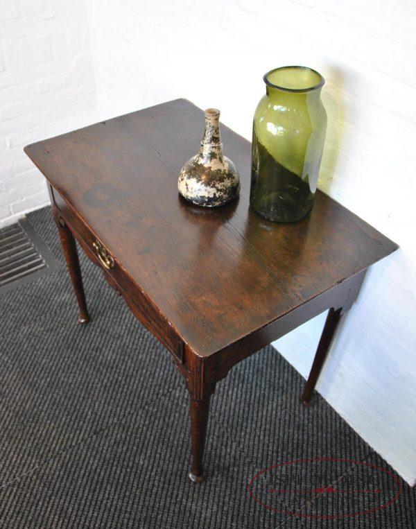 Antiek tafeltje boven
