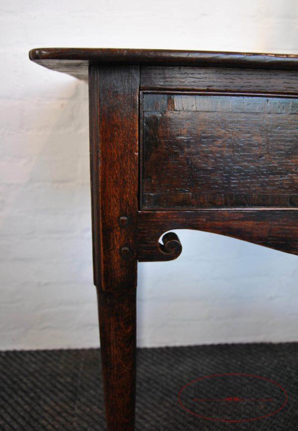 Antiek tafeltje links